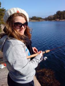 Alex prøver fiskelykken i Harkmark.