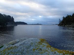 Utsikt ut av Solviga med Vrakeholmene og Vestre Brennøy helt ute i horisonten.